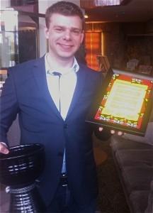 Choco Supportin edustaja Michiel Keijzer vastaanotti Salmiakki Finlandia -pokaalin ja kunniakirjan 1.5.2014 Helsingissä. Photo: Suomen Salmiakkiyhdistys