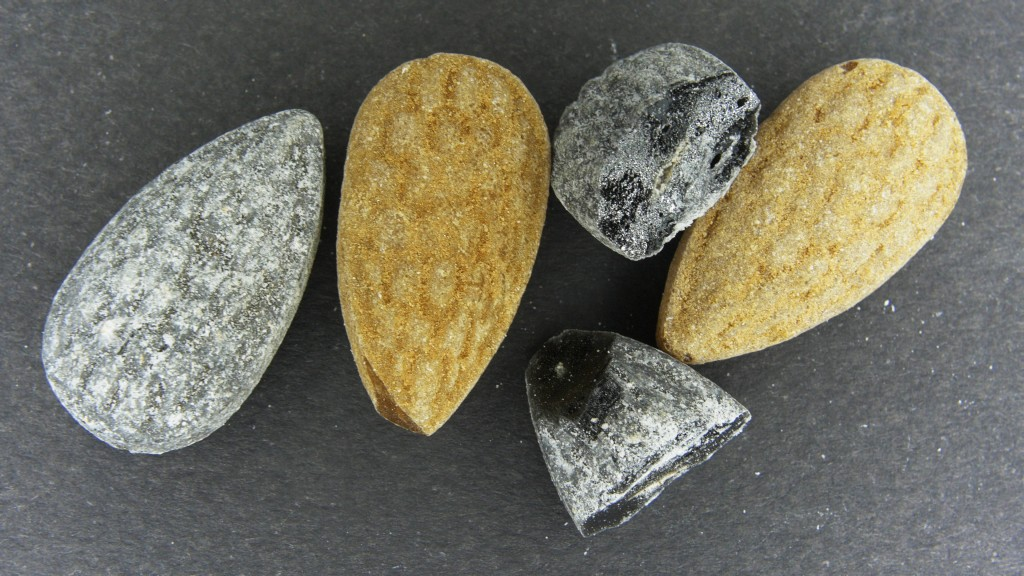 E) Finnish factory Halva's Pommix (Bombx) candy bag consists of two different caramels. Photo: Veikko Niemi
